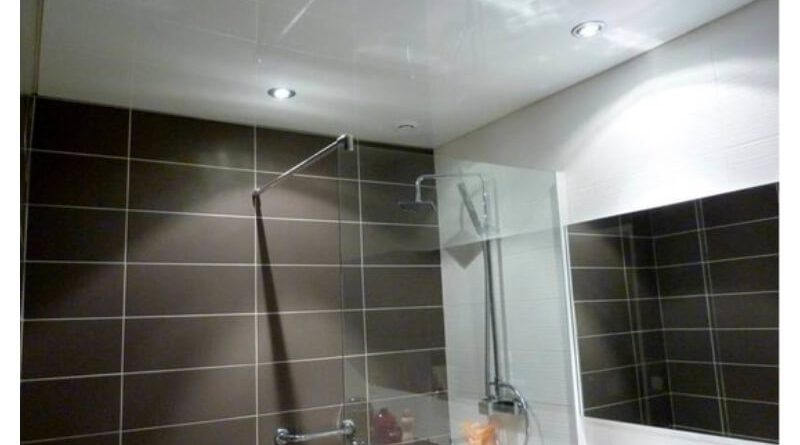 Какие натяжные потолки выбрать в ванную